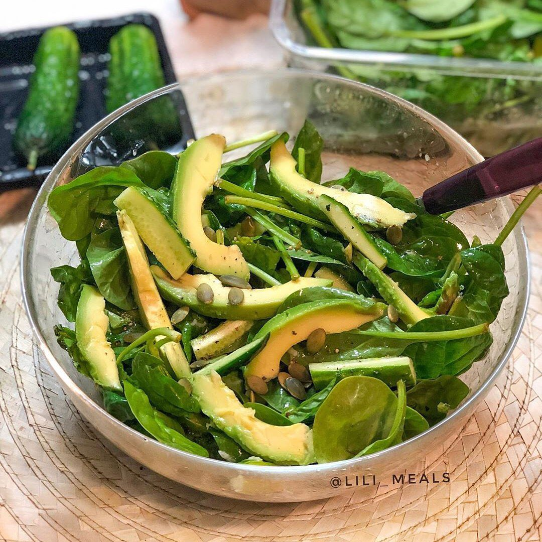 Avokādo un svaiga gurķa salāti ar citrusa mērces pārlējumu