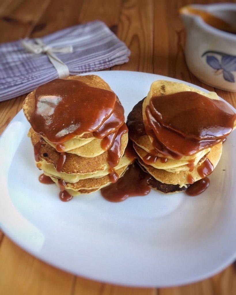 Bez glutēna brokastu pankūkas ar karameļu mērci