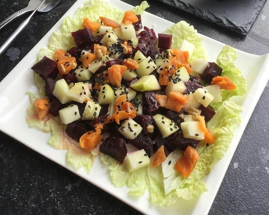 Biešu salāti ar bumbieriem un žāvētām aprikozēm