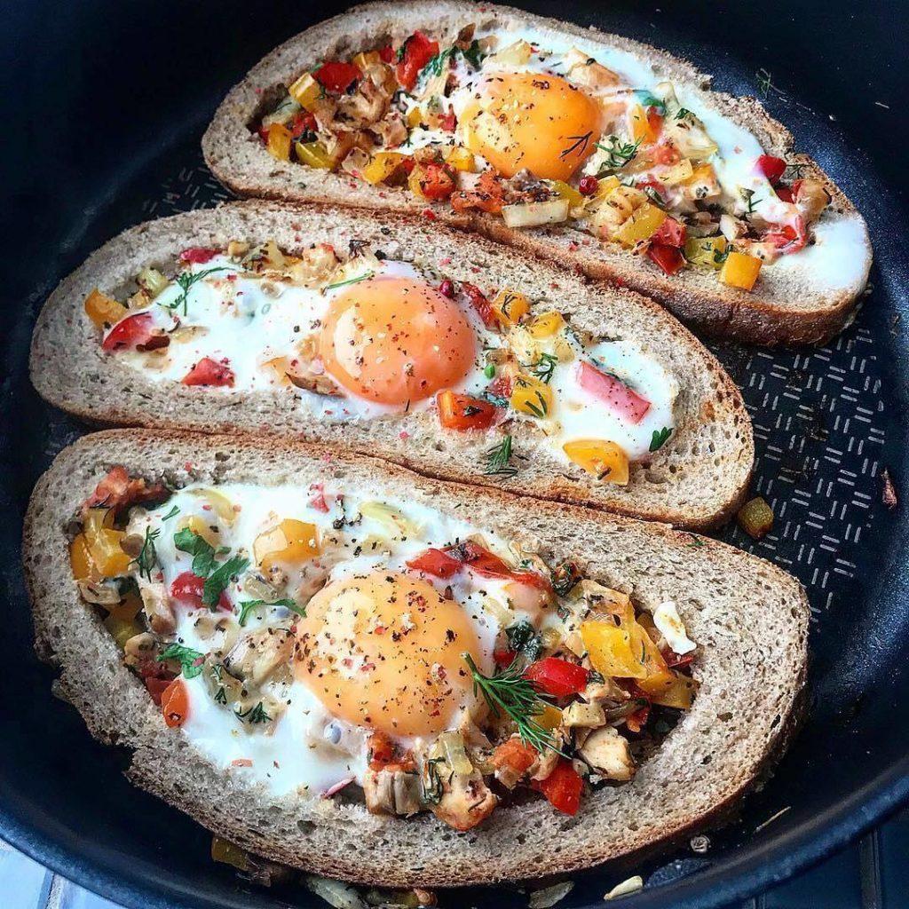 Brokastu tosti ar vistas malto gaļu un dārzeņiem