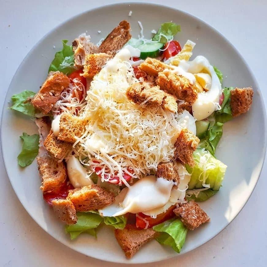 Cēzara salāti ar pilngraudu maizes grauzdiņiem