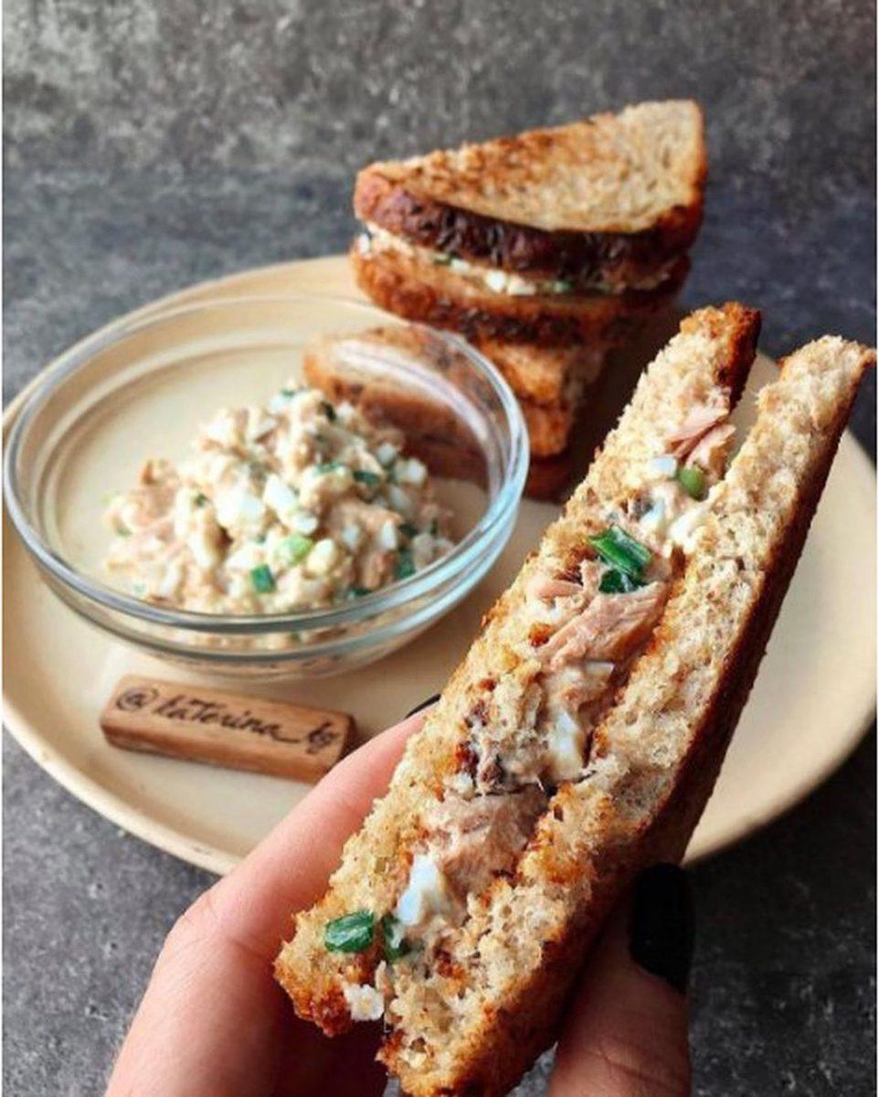 Club sendvičš ar tunci un olu