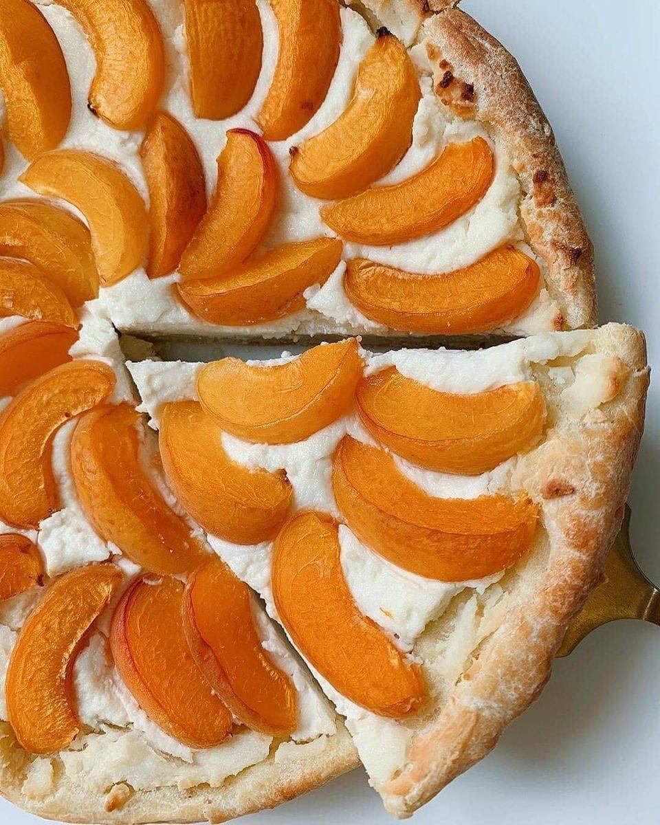 Maigais biezpiena pīrāgs ar aprikozēm