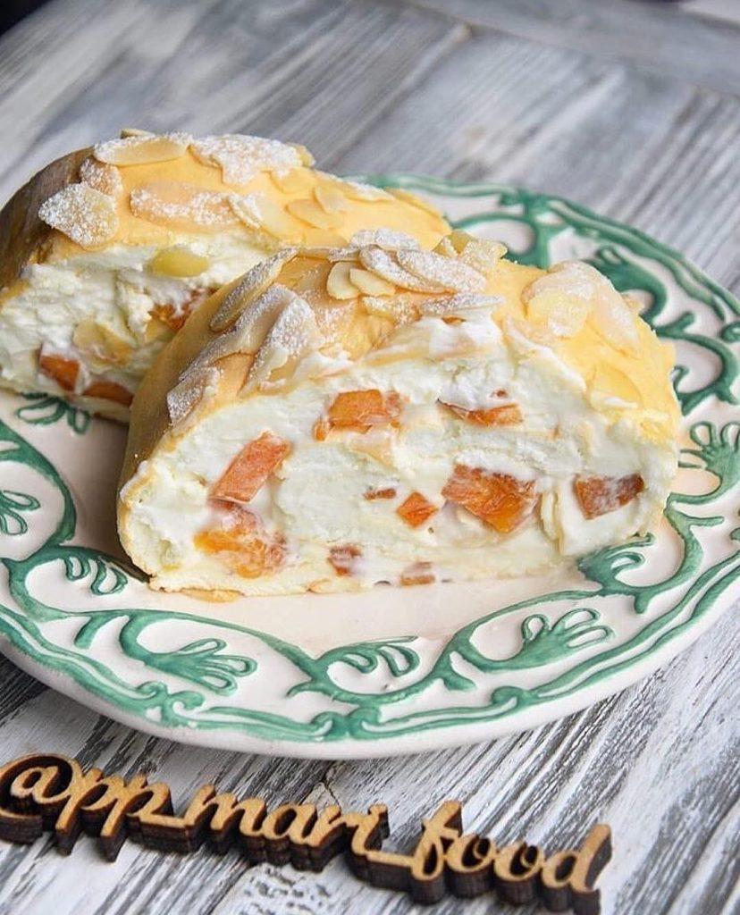 Olbaltumu biskvīta rulete ar persiku pildījumu pagatavota bez miltiem un sviesta
