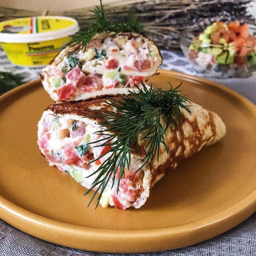 Olu rulete ar biezpiena krēma, zaļumu, tomātu, avokādo, siera un laša pildījumu