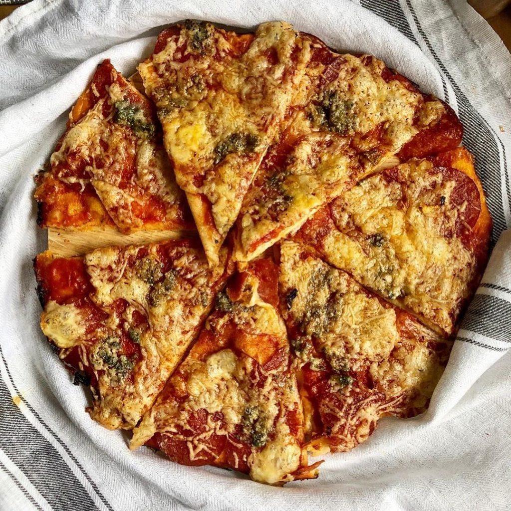 Pepperoni pica ar triju veidu sieru
