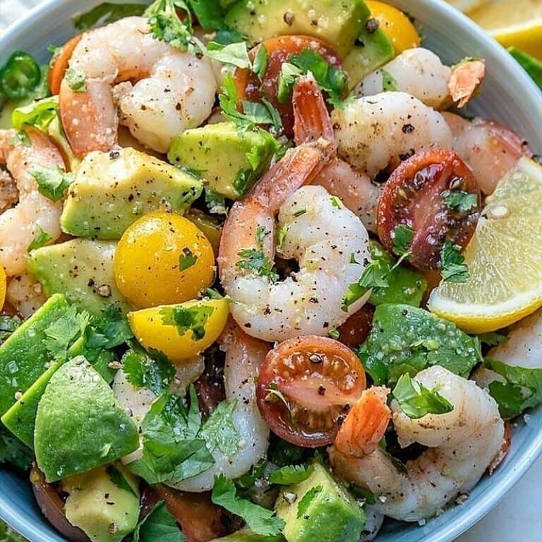 Salāti ar garnelēm un avokādo