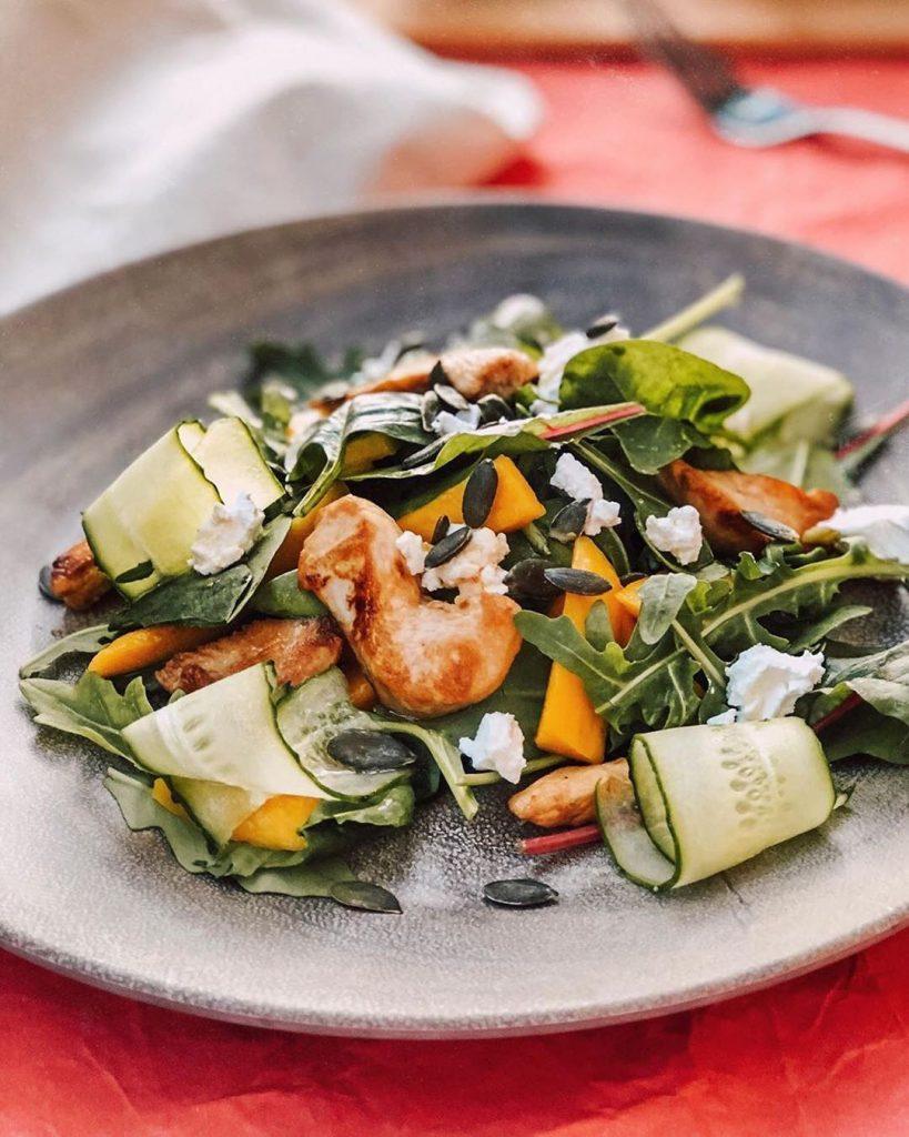 Salāti ar vistas gaļu un mango augli