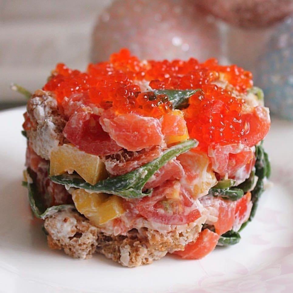 Sarkanās zivs salāti ar maizes grauzdiņiem