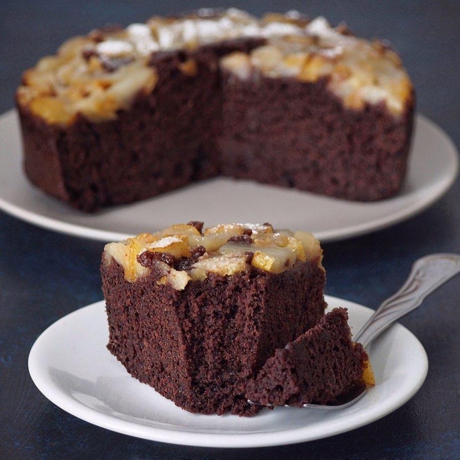 Šokolādes braunija kūka ar bumbieriem