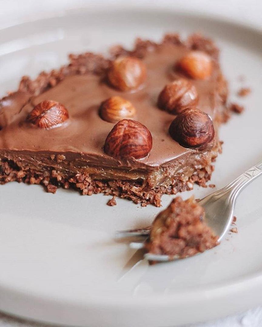 Šokolādes tarte ar sāļo karameli un lazdu riekstiem