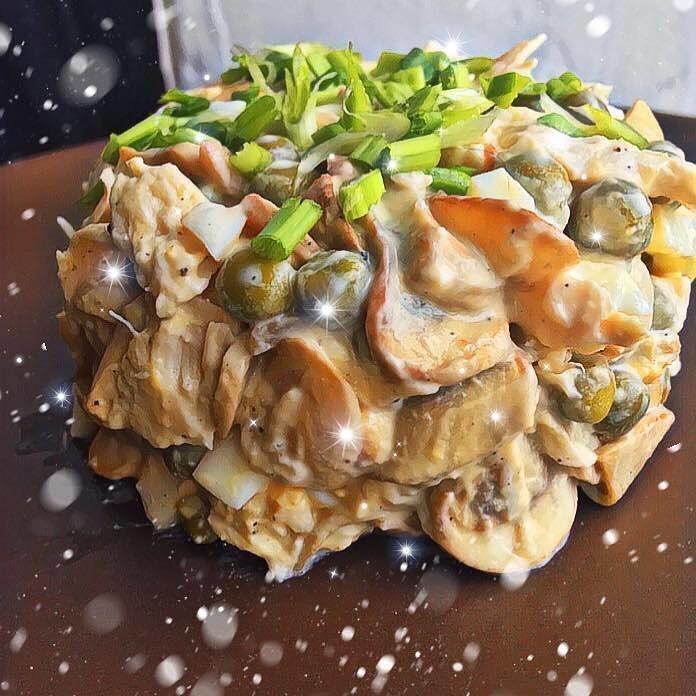 Svētku salāti ar sēnēm un vistas gaļu