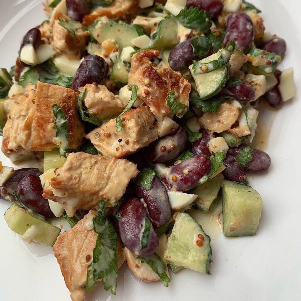 Turku salāti ar pupiņām, olu un gurķi