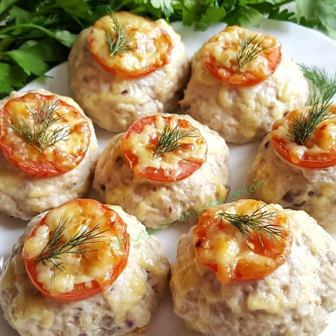 Vistas gaļas kotletes ar tomātu-siera kažociņu