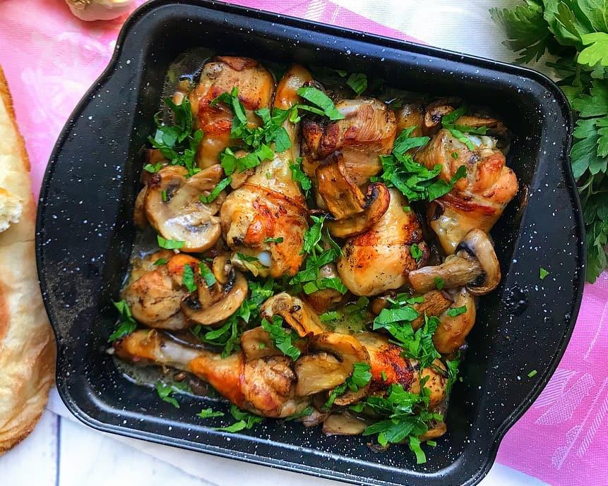Sojas-citronu marināde marinēti vistas stilbiņi ar šampinjoniem